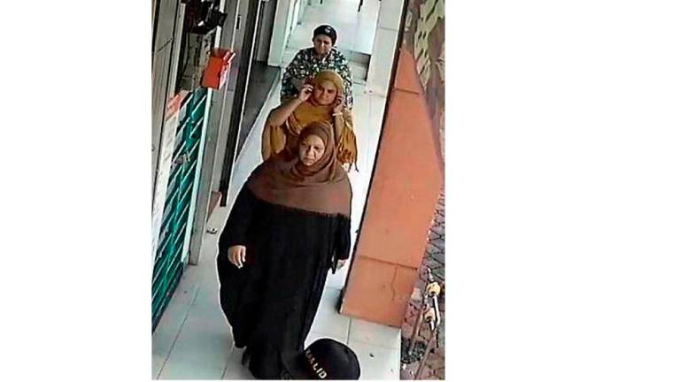 Cops hunt for 5 women believed to have stolen necklaces from jeweller