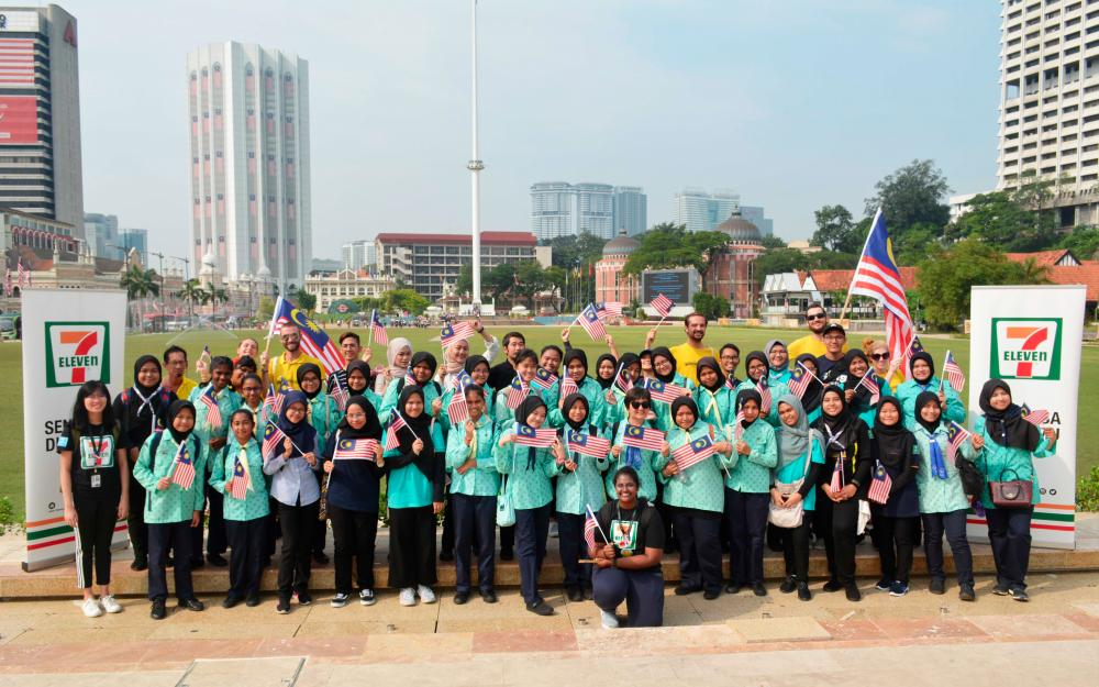The girl guides with representatives from 7-Eleven, NGOHub Asia and Yellow House KL.