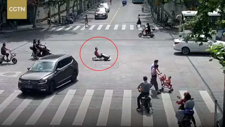 (Video) Man fined for riding go-kart on streets of Shanghai