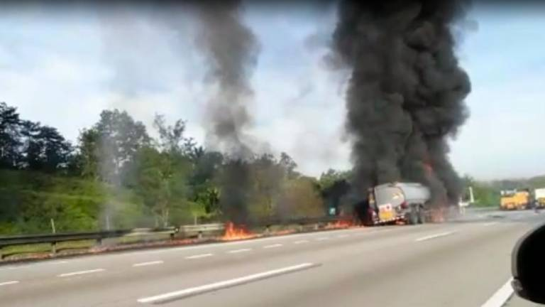 Oil tanker lorry driver burnt to death in three-lorry crash on Plus expressway (Updated)