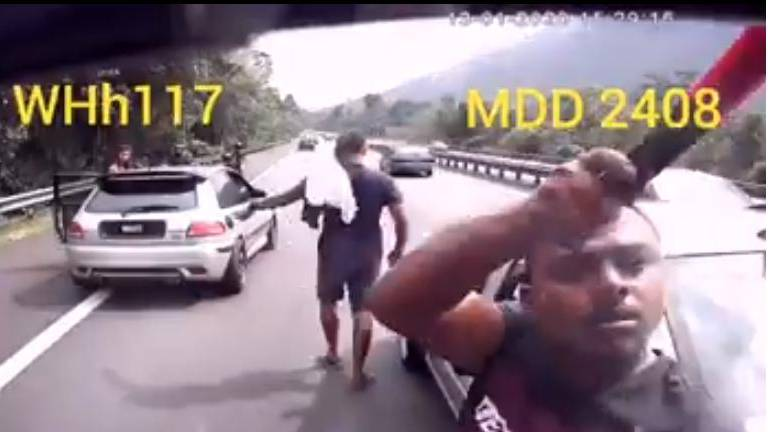 (Video) Motorists turn bully after being reprimanded for driving on emergency lane