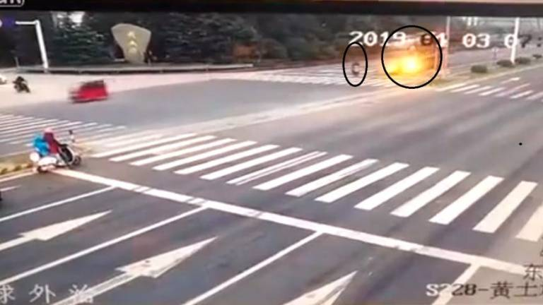 (Video) Motorcyclist crushed to death by timber from overturned trailer