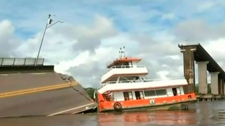 (Video) Bridge collapses after being hit by boat