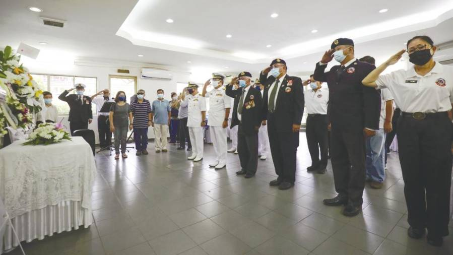 $!Captain Soon Tet Loy being given his military last rites yesterday. - Asyraf Rasid/thesun