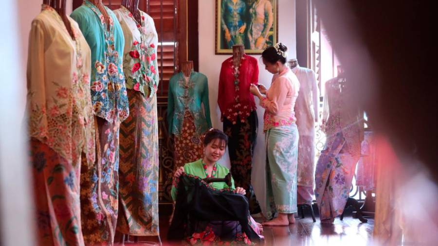 Sweet girl Kebaya Outfit, a product of distinctive sewing skills. — Sunpix by Masry Che Ani