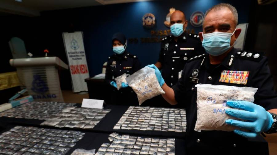 $!SEIZED NARCOTICS ... North Seberang Perai district police chief ACP Noorzainy Mohd Noor showing some of the drugs worth almost RM100,000 after police crippled a syndicate in Butterworth, Penang last week. – MASRY CHE ANI/THESUN