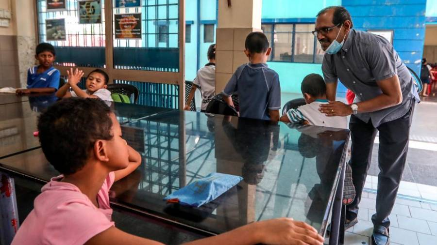 $!Mathew with some of the Rumah Hope children. –ASHRAF SHAMSUL/THE SUN