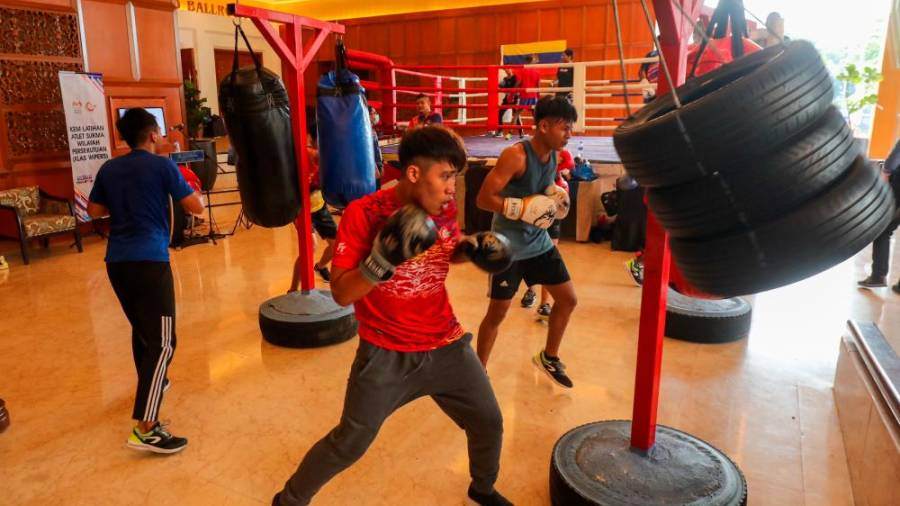 $!PUNCHING FOR GOLD ... Sukma boxers undergoing training organised by the Federal Territories Sports Council at the Royal Chulan Hotel in Kuala Lumpur yesterday. – ASYRAF RASID/THESUN