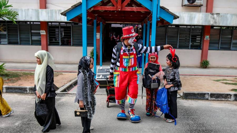 Children always get a thrill seeing their favourite clown. AMIRUL SYAFIQ/THESUN.