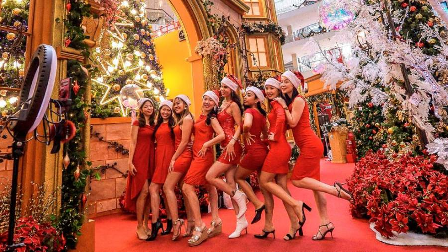 $!Ladies taking sefie at the Christmas decoration at Pavilion Kuala Lumpur shopping center. Despite the impact of Coronavirus pandemic that requires social distancing, Kuala Lumpur city still illuminated by the colourful Christmas decoration. - ADIB RAWI YAHYA/THESUN