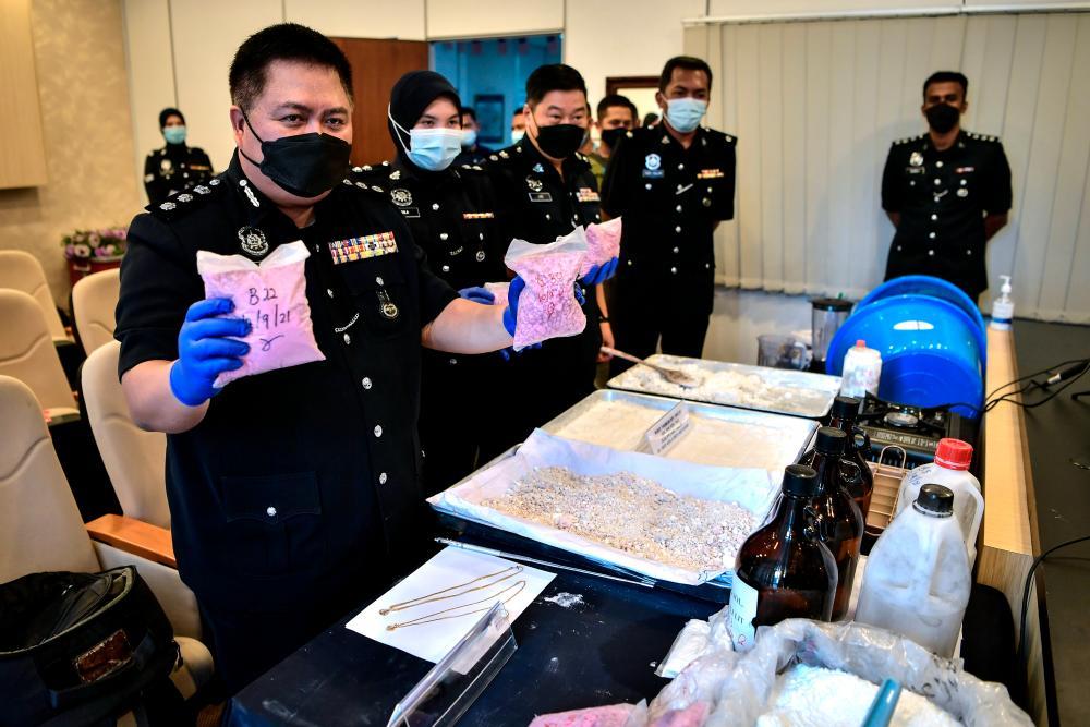 Penang Narcotics Criminal Investigation Department chief ACP Mustafa Kamal Gani Abdullah (left). BERNAMApix