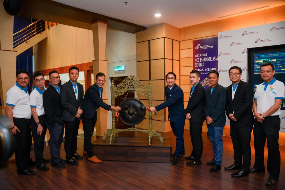 From left: AIAB sales manager Lim Kian Boon, lab manager Loo Shai Mun, chief marketing officer Fong Pok Yee, chief trader Liew Kim Fung, chief sales officer Jeff Kua Kee Koon, Go, shareholder Kee Wee Chong, independent non-executive director Pua Kiam Hong, chief financial officer Samuel Sia Hsiao Guong and chief technology officer Ryan Leong Weng Fai at the listing ceremony this morning.