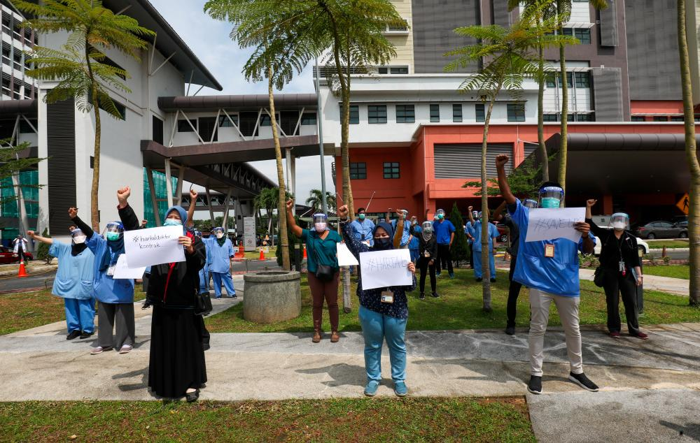 A group of doctors taking part in Hartal Doctor Contract protest outside Tengku Ampuan Rahimah Hospital in Klang this morning -ASYRAF RASID/THESUN