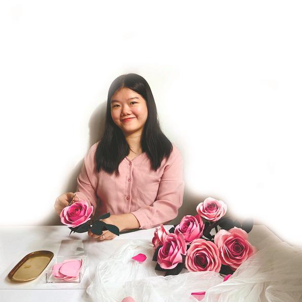 Soo making paper roses. – courtesy of Soo Wai Yan