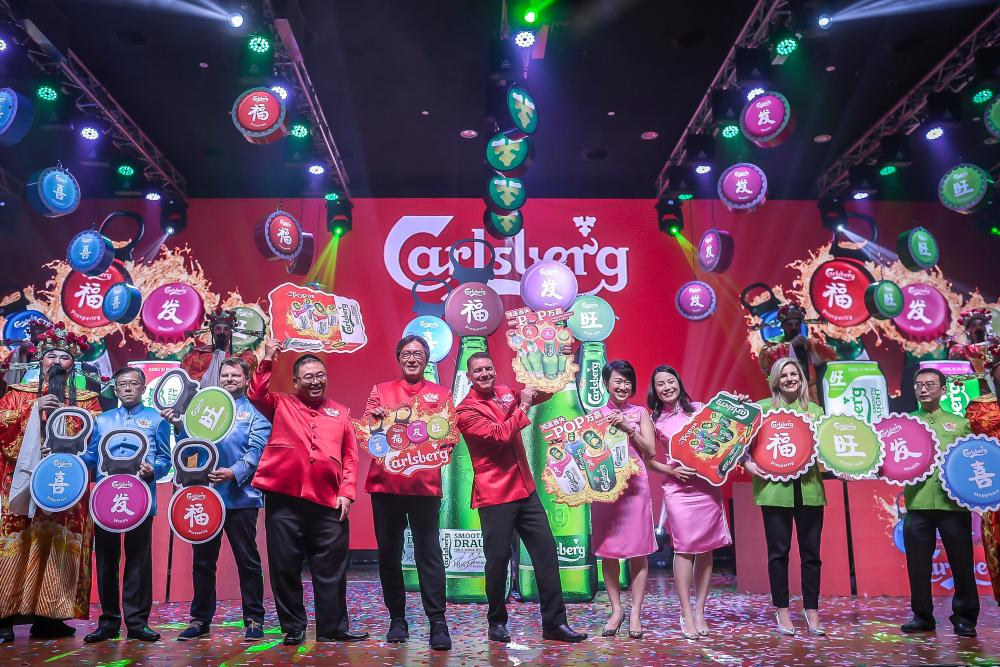 """Lehmann and Chairman Datuk William Toh flanked by the management team of Carlsberg Malaysia officiated Carlsberg's CNY campaign """"Prosperity Begins with a POP!"""" which runs until Feb 17 nationwide. - ADIB RAWI/THESUN"""