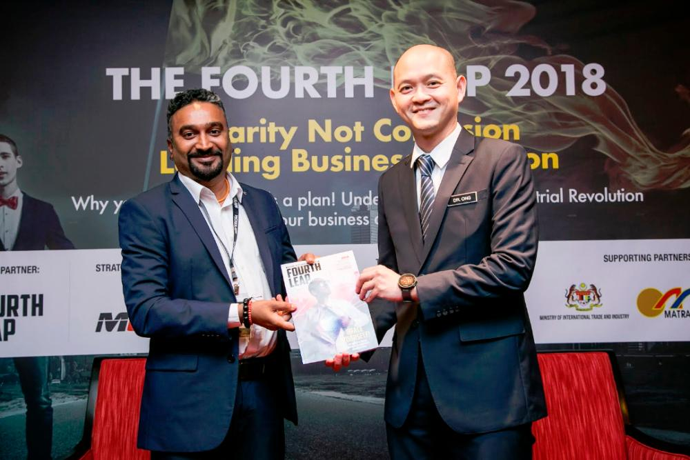 WBN CEO & Founder, Sritharan Vellasamy presenting the Fourth Leap Magazine to YB Dr Ong Kian Ming, Deputy Minister, Miti.