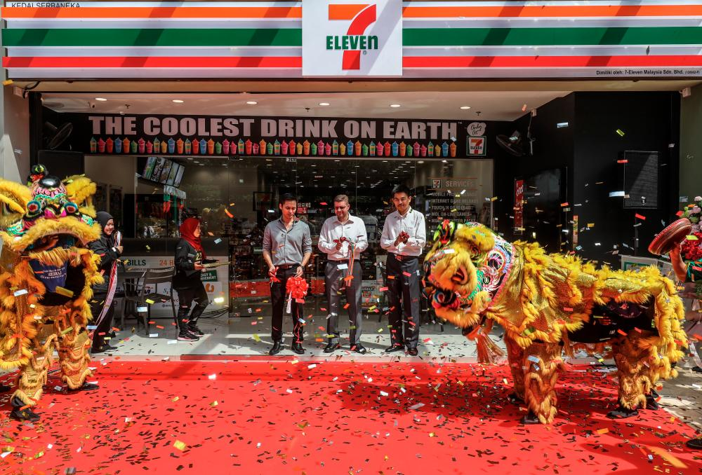From left: 7-Eleven Malaysia CFO Wong Wai Keong, CEO Colin Harvey and senior operations manager Kelvin Gan at a ribbon cutting ceremony during the launch of 7-Eleven's 2,323rd store at Plaza Arkadia, Desa ParkCity. - AMIRUL SYAFIQ MOHD DIN/THESUN