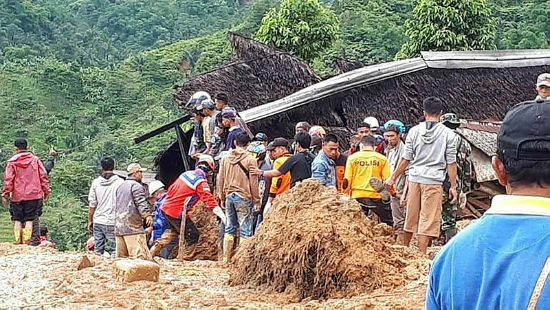 Search and rescue teams are seen during a search effort to find victims from the landslide in Sukabumi, West Java Province, Indonesia Jan 1, 2019. — Reuters