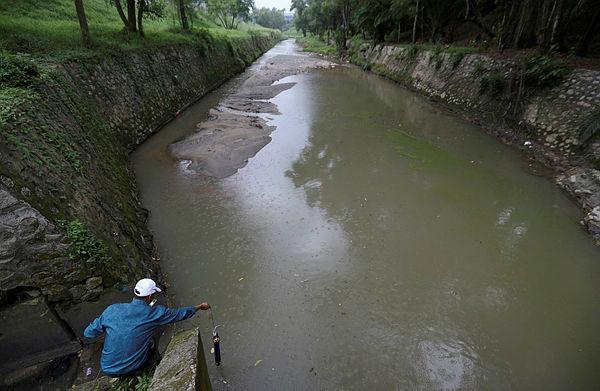Filepix taken on June 26 shows a Department of Environment staff performing a check at Sungai Kim Kim. — Bernama