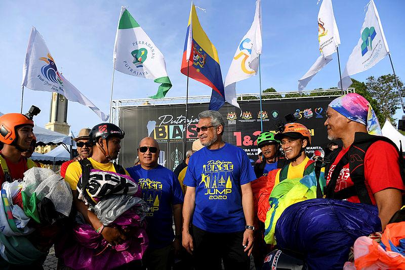Federal Territories minister Khalid Abdul Samad (3rd R) and Putrajaya Corporation (PPj )president Datuk Dr Aminuddin Hassim (3rd L), with participants of the 2020 Putrajaya Base Jumping (PBJ), on Feb 2, 2020. — Bernama