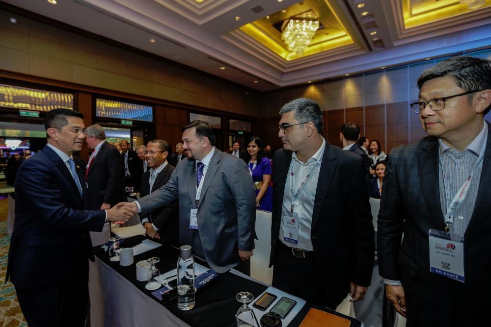 Economic Affairs Minister Datuk Seri Mohamed Azmin Ali (left) shaking hands with delegates at Khazanah Megatrends Forum 2019 today. – BERNAMAPIX