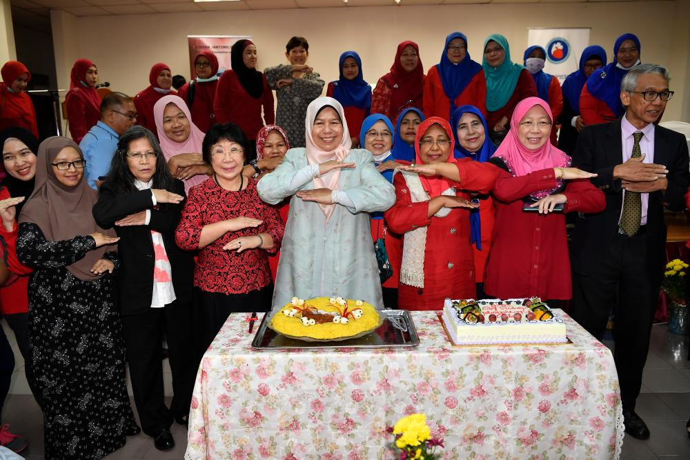 Ampang MP Zuraida Kamaruddin (centre) with Yayasan Jantung Malaysia (YJM) Go Red For Women director Ainon Kuntom (3rd frin R) and others pose at a cake cutting session at the 2020 International Women's Day event organised by the foundation, today. - Bernama