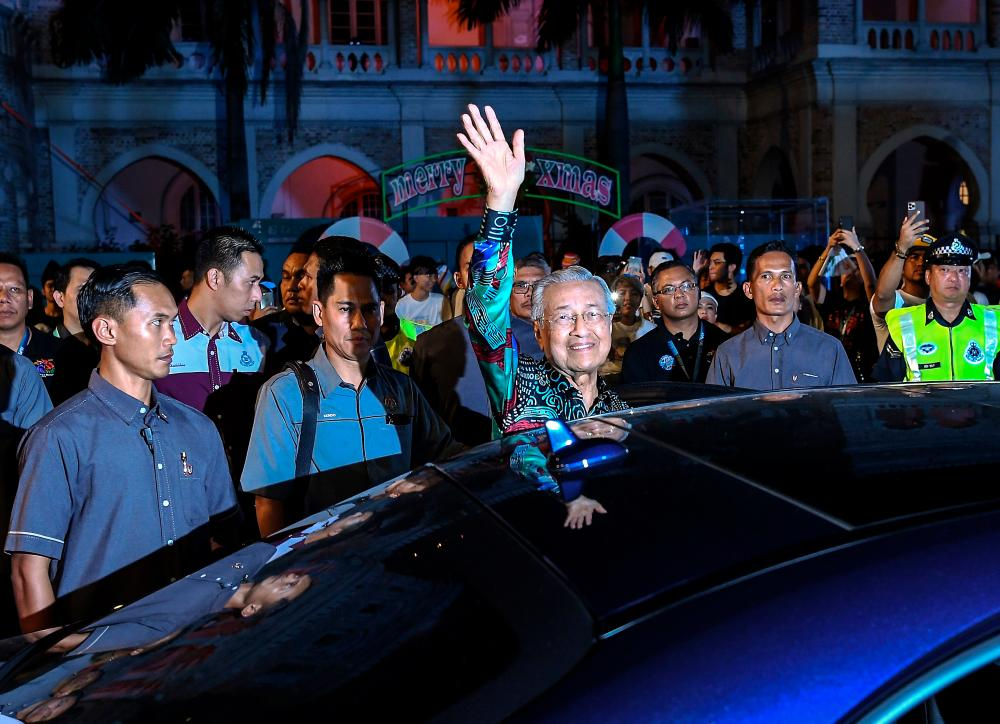 Mahathir joins thousands at Lampu 2019 festival