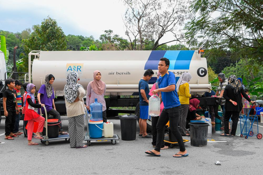 Some residents of the Sri Tanjung apartments at USJ 8, Subang queue for a turn to take water from the Air Selangor water truck, due to the water supply disruption. - Bernama