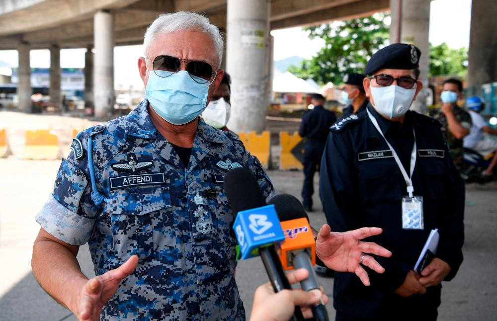 Chief of Defence Force, Gen Tan Sri Affendi Buang (L) speaks to the media after inspecting barbed wire installed around the Kuala Lumpur Wholesale Market today. Kuala Lumpur police chief Datuk Seri Mazlan Lazim also attended. - Bernama