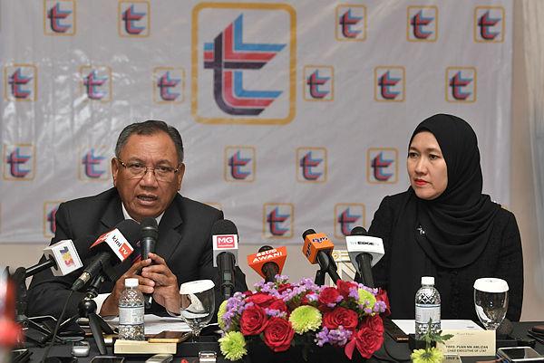 Lembaga Tabung Angkatan Tentera's (LTAT) chairman Tan Sri Dr Mohd Zahidi Zainuddin (left) at a press conference after announcing LTAT's FY2018 performance today. — Bernama