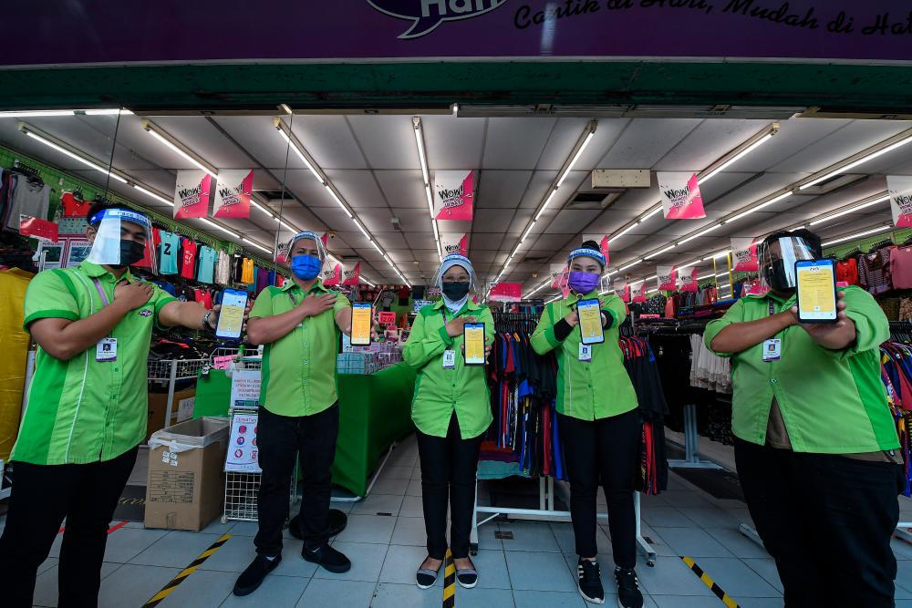 Retail workers show off their legitimate digital vaccination certificates -BERNAMApix