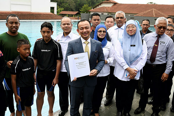 Education Minister Dr Maszlee Malik (C) attends the launch of the 2018 Life Saving Skills programme and the Water Rescue and Safety Awareness Module at Kem Tekali, Kuala Lumpur on Nov 21, 2018. — Bernama