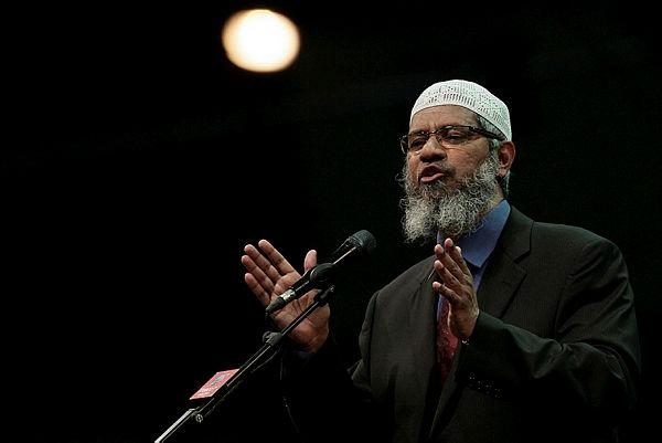 Zakir Naik giving a speech titled 'The Quran Gods Word' on April 16 at the National Hockey Stadium, Bukit Jalil. — Bernama