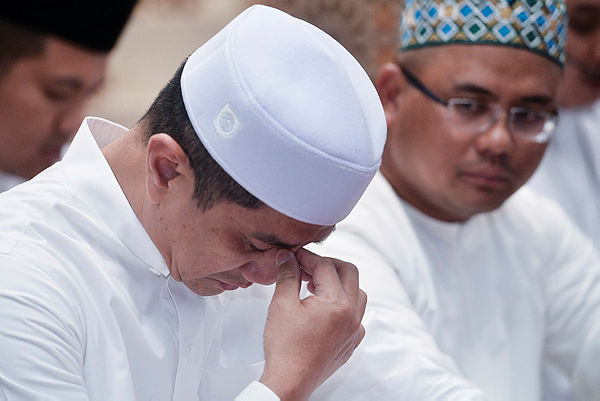 Economic Affairs Minister Datuk Seri Azmin Ali during a prayer by Selangor Imam Ustaz Muhammad Farhan Wijaya at Masjid Al Aminah, Batu Caves yesterday — Bernama