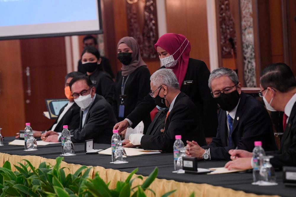 Perdana Menteri Datuk Seri Ismail Sabri Yaakob (tengah) ketika sesi Majlis Menandatangani Memorandum Persefahaman Transformasi Dan Kestabilan Politik Di Antara Kerajaan Persekutuan Dan Pakatan Harapan di Bangunan Parlimen pada Sept 13,2021 - BERNAMApix