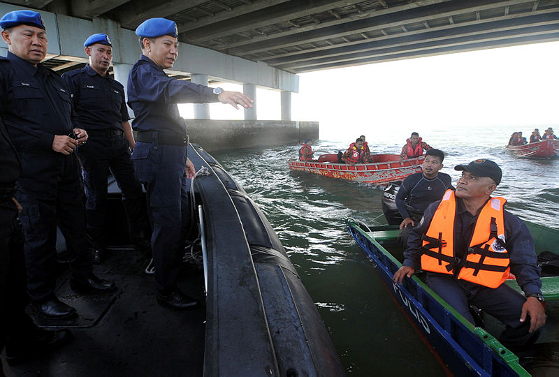 Marine police was represented by Commander ACP Rosman bin Ismail gives instruction to his team during the search and rescue operation, on Jan 20, 2019. — Bernama