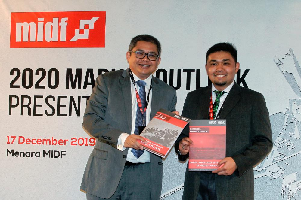 Mohd Redza (left) and Muhammad Zafri at MIDF's market outlook briefing in Kuala Lumpur today. – BBXPRESS PIX