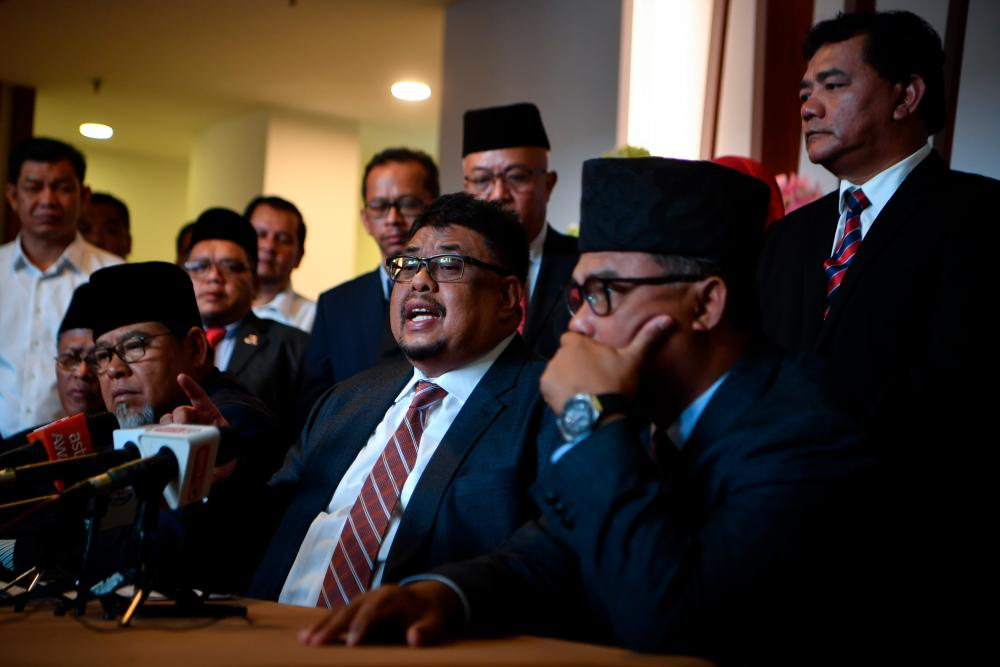 Malacca BN chairman Datuk Seri Ab Rauf Yusoh (seated, R) during a press conference on the latest developments in the formation of the state government today. - Bernama