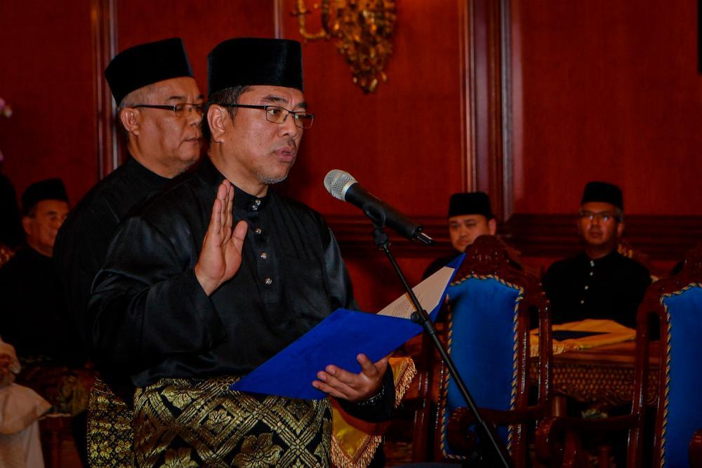 Lendu assemblyman Datuk Sulaiman Md Ali is sworn in as the 12th Chief Minister of Malacca at Dewan Seri Utama, Yang Dipertua Negeri Melaka's Offiice in Ayer Keroh today. - Bernama
