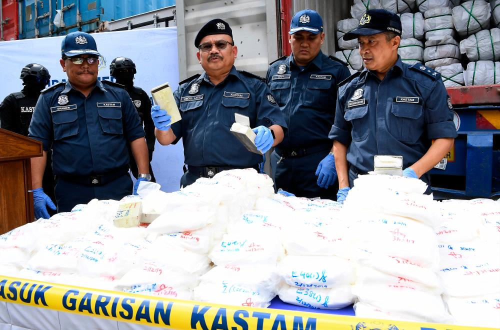 Customs deputy director-general (enforcement and compliance) Datuk Abdul Latiff Abdul Kadir (3rd from R) displays the seized ketamine at a press conference in Nilai today. - Bernama