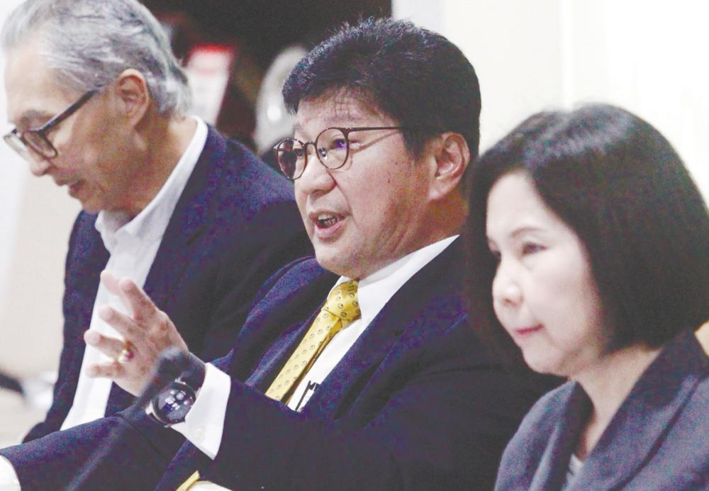 Soh (centre) speaking at the business survey findings briefing today. – ZULKIFLI ERSAL/THE SUN