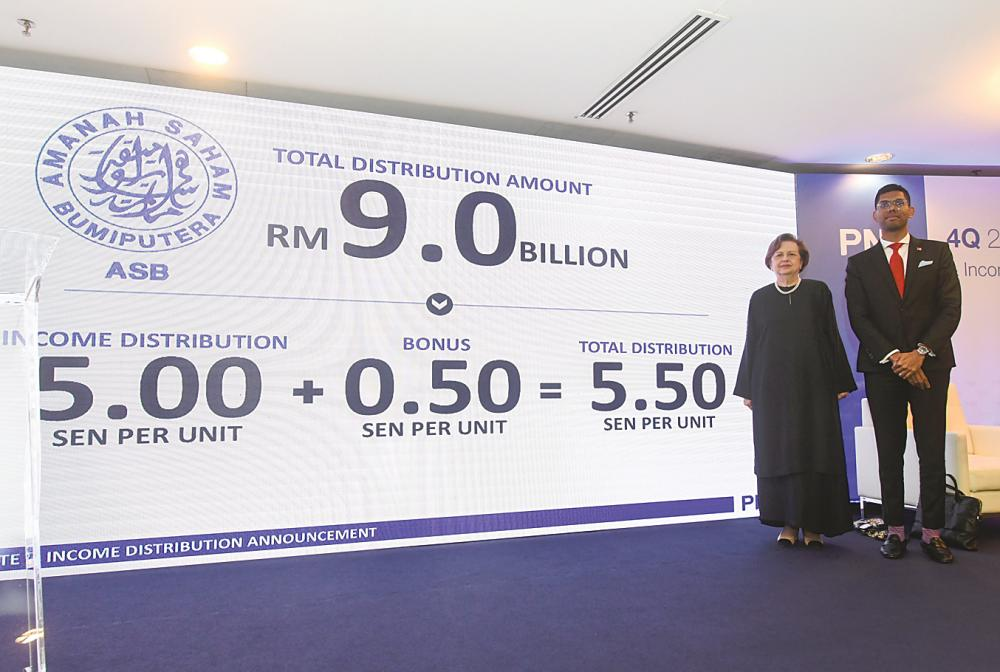 Zeti says PNB is satisfied with the payout given the challenging economic environment. With her is PNB president and group CEO Jalil Rasheed. – BERNAMAPIX