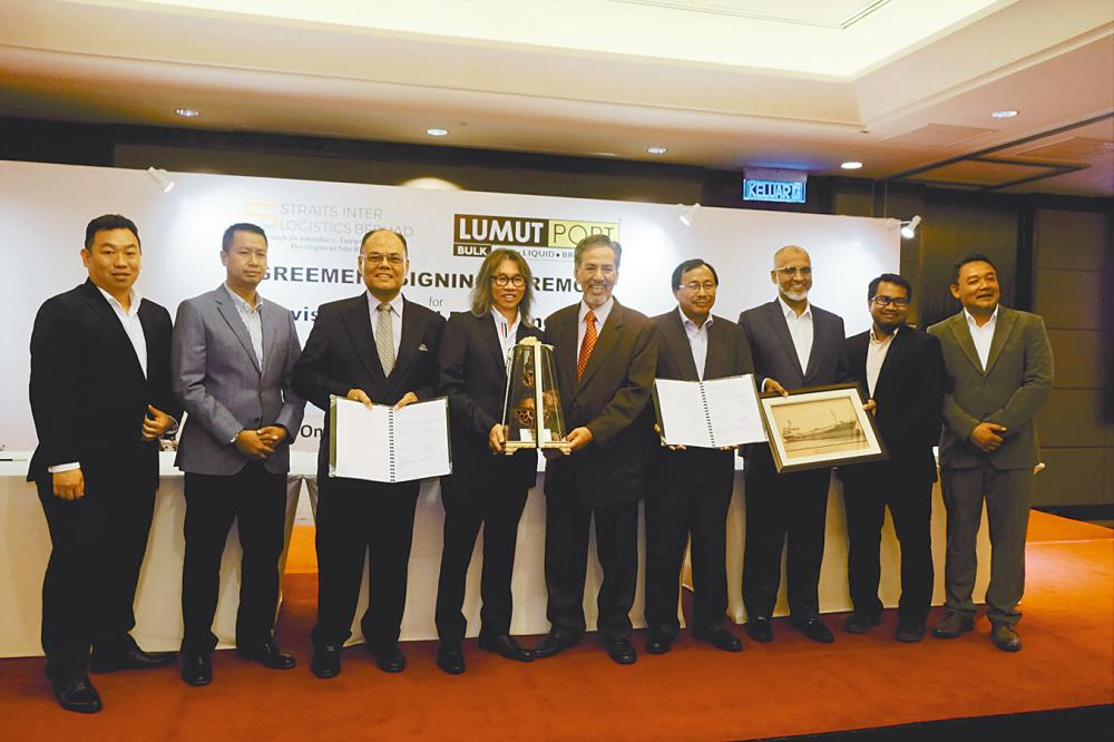 Ho (fourth from left) with Lumut Maritime Terminal Sdn Bhd directors Laksamana Madya Datuk Seri Panglima Mohammed Noordin Ali (fifth from right), Jamaluddin Lebai Yusop (sixth from left), CEO Mubarak Ali Gulam Rasul (seventh from left) as well as other directors and top management at the signing ceremony.