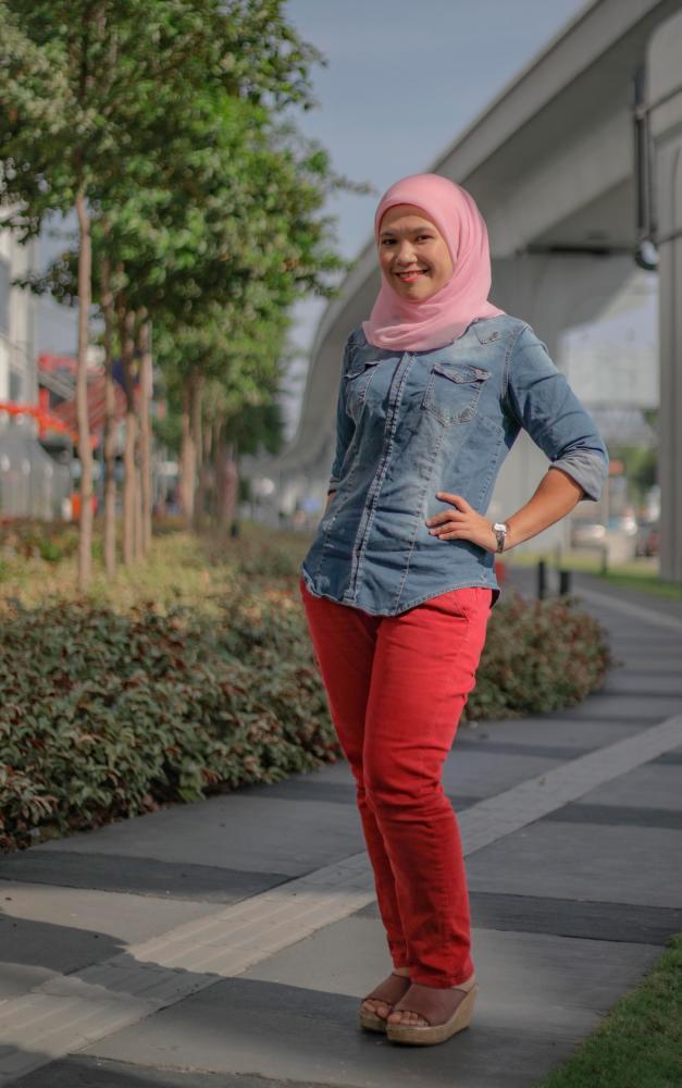 Rasyidah is the first RTM Malay newscaster to read the news in Mandarin. - AMIRUL SYAFIQ/THESUN
