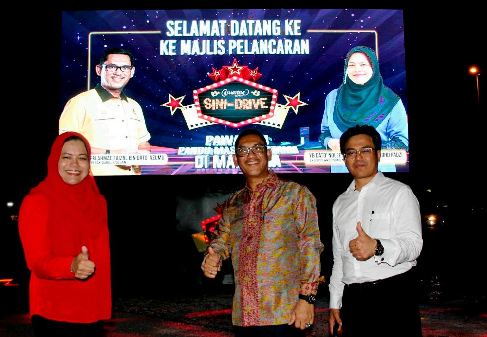 Perak Mentri Besar Datuk Seri Ahmad Faizal Azumu (C) at the launching of Casuarina Sini-Drive which was also attended by state Housing, Local Government and Tourism Committee chairman Datuk Nolee Ashilin Mohammed Radzi (L) and PCB chief executive officer Zainal Iskandar Ismail. — Bernama