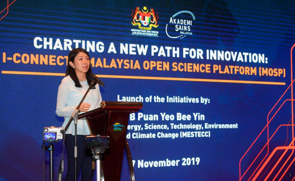 Energy, Science, Technology, Environment and Climate Change Minister Yeo Bee Yin speaks at the launch of the I-Connect and the Malaysia Open Science Platform Initiatives (MSOP) ceremony at the Putrajaya International Convention Center (PICC) today. - Bernama