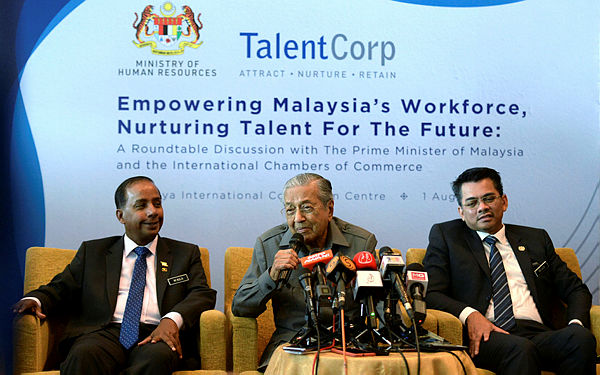 """Prime Minister Tun Dr Mahathir Mohamad at a press conference after chairing the round-table session with 30 representatives from 20 foreign chambers of commerce on """"Empowering Malaysia's Workforce, Nurturing Talent for the Future"""" at Putrajaya International Convention Centre (PICC) today. — bERNAMA"""