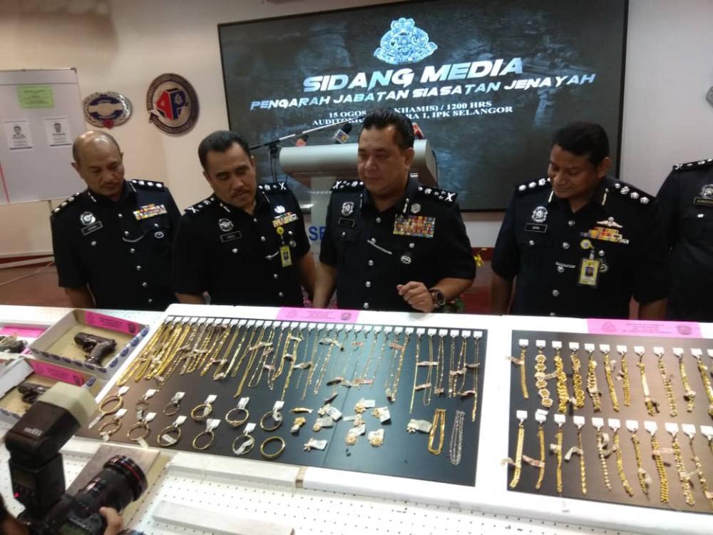 Bukit Aman CID director Datuk Huzir Mohamed (centre) at the Selangor Police headquarters today.