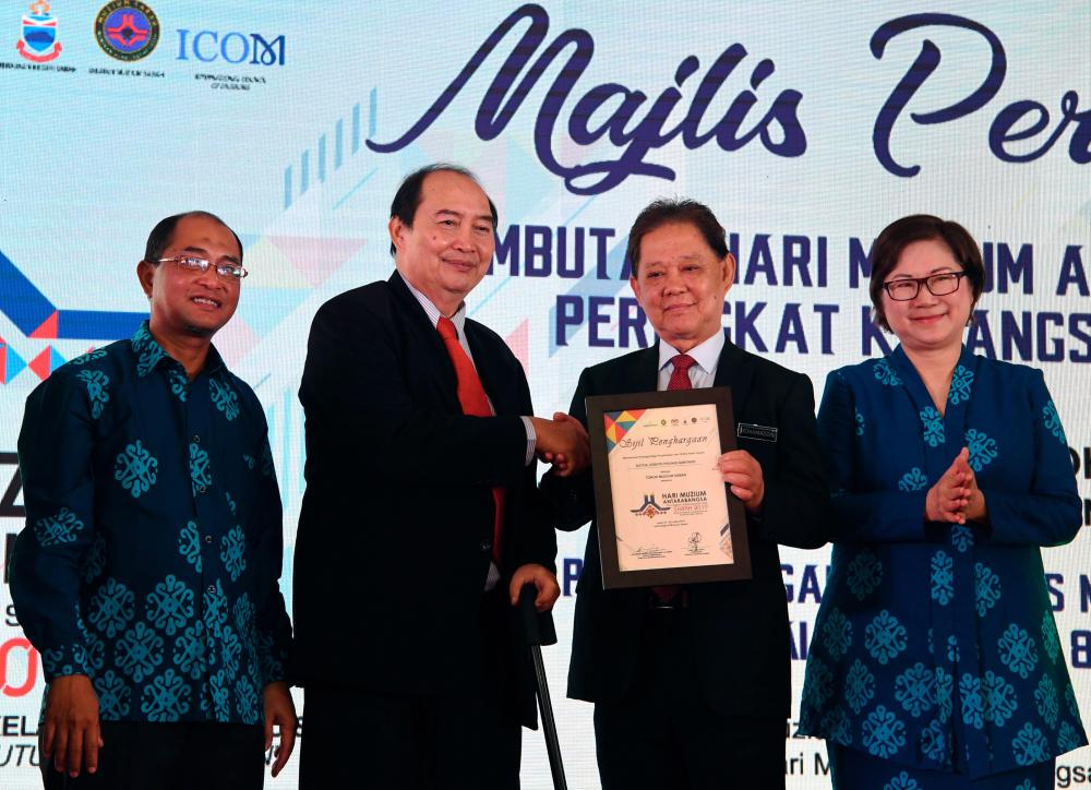 Tourism, Arts and Culture Minister, Datuk Mohamaddin Ketapi (2nd from R) presented the Sabah State Refugees Award to Datuk Joseph Guntavid (2nd from L) at the opening of the International Museum Day 23rd national celebration at the Sabah Museum Complex here. - Bernama