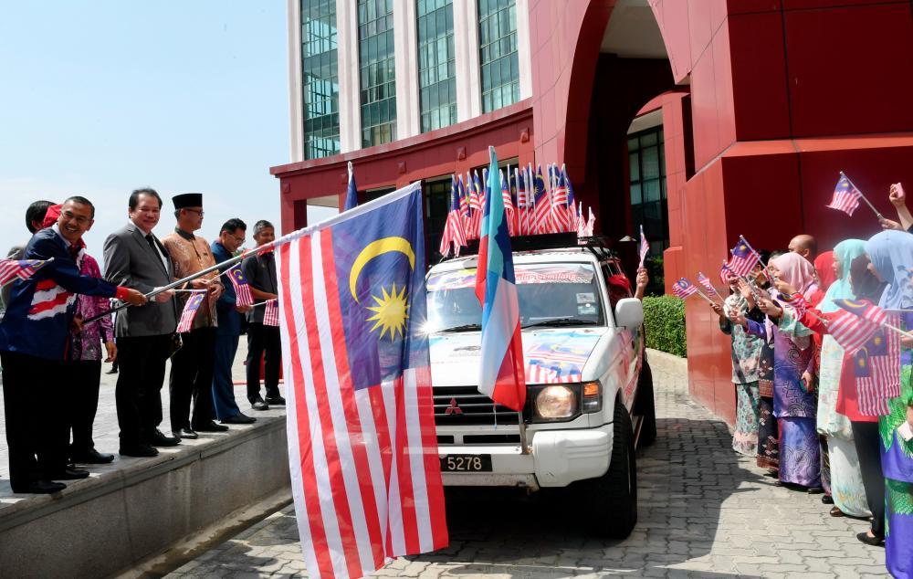 Sabah Federal Secretary Datuk Samsuni Mohd Nor releasing the convoy at Dataran Bendera here today. — Bernama